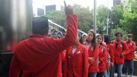 Ratusan mahasiswa dari Universitas 17 Agustus 1945 Jakarta mendatangi Gedung KPK, Jakarta, Rabu (14/11). Mereka melaporkan adanya dugaan tindak pidana korupsi dari hasil persidangan di PN Jakarta Utara. (Merdeka.com/Dwi Narwoko)