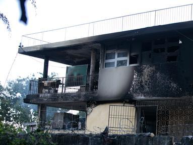 Dinding yang menghitam setelah kebakaran melanda Panti Asuhan Church of Bible Understanding di pinggiran Port-au-Prince di ibu kota Haiti, Jumat (14/2/2020). Dua anak tewas di lokasi, sementara 13 lainnya setelah sempat dirawat di rumah sakit. (AP/Dieu Nalio Chery)