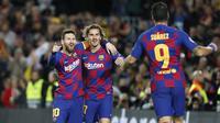 Penyerang Barcelona, Lionel Messi (kiri) berselebrasi dengan rekaannya Antoine Griezmann dan Luis Suarez usai mencetak gol ke gawang Borrusia Dortmund pada pertandingan Grup F Liga Champions di stadion Camp Nou, Spanyol (27/11/2019). Barcelona menang 3-1 atas Dortmund. (AP Photo/Joan Monfort)