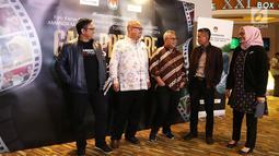 Ketua KPU Arief Budiman (tengah) bersama anggota KPU berbincang sebelum nobar film perdana, Suara April di Jakarta, Jumat (15/3). Film tersebut sebagai bentuk sosialisasi jelang Pilpres dan Pileg pada 17 Apri 2019. (Liputan6.com/Johan Tallo)