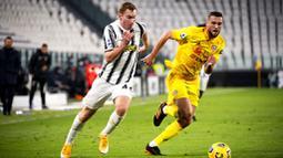 Pemain Juventus, Dejan Kulusevski, berebut bola dengan pemain Cagliari, Sebastian Walukiewicz, pada laga Liga Italia di Stadion Allianz, Turin, Minggu (22/11/2020). Juventus menang dengan skor 2-0. (Marco Alpozzi/LaPresse via AP)