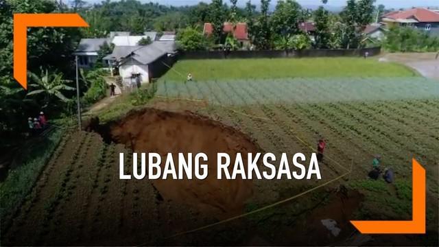 Badan Meteorologi, Klimatologi, dan Geofisika atau BMKG memberikan penjelasan terkait munculnya lubang raksasa di wilayah Sukabumi. BMKG terus melakukan pemantauan untuk mencari penyebab terjadinya lubang raksasa.