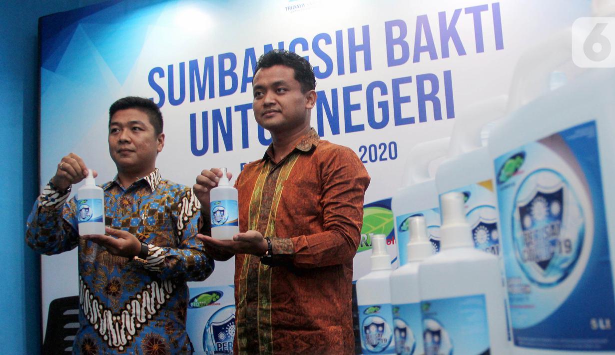 Presdir PT. Tridaya Sarana Prima, Budi Wiyanto dan Business Development Director Aris Budiyono menunjukkan cairan probiotik Perisai Covid-19 di Depok, Senin (27/4/2020). Cairan yang berfungi sebagai pencegah virus Covid-19 akan didonasikan kepada paramedis. (Liputan6.com/HO/Iwan)
