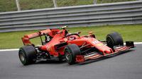 Pembalap Ferrari Charles Leclerc memacu mobilnya saat free practice 1 (FP1) F1 GP Italia di Sirkuit Monza, Jumat (6/9/2019). Charles Leclerc menjadi yang tercepat di FP1 F1 GP Italia dengan mencatatkan waktu 1 menit 27,905 detik. (AP Photo/Luca Bruno)