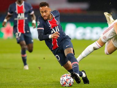 Penyerang Paris Saint Germain (PSG), Neymar membawa bola menjauh dari gelandang Manchester United (MU), Scott McTominay pada matchday pertama Liga Champions Grup H di Parc des Princes, Rabu (21/10/2020) dini hari WIB. MU berhasil mempermalukan tuan rumah PSG 2-1. (AP Photo/Michel Euler)