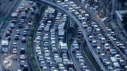 Jelang libur panjang yang jatuh pada tanggal 5 dan 6 Mei, ribuan kendaraan terjebak macet di Tol Dalam Kota arah Tol Cikampek, Jakarta, Rabu (4/5). Foto diambil pada sore hari sekitar pukul 5. (Liputan6.com/Gempur M Surya)