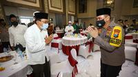 Kapolda Jawa Timur (Jatim) Irjen Pol M Fadil Imran menggelar acara silaturahmi dengan sejumlah kyai khos atau ulama NU se-Jatim. (Foto: Liputan6.com/Dian Kurniawan)