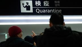 Petugas karantina membenarkan kamera termografi ekstra untuk memantau para pelancong dari Wuhan China dan kota-kota lain di Bandara Internasional Narita, Narita, Tokyo, Kamis (23/1/2020). Jepang meningkatkan pengamanan untuk mewaspadai penyebaran virus corona asal China. (AP Photo/Eugene Hoshiko)