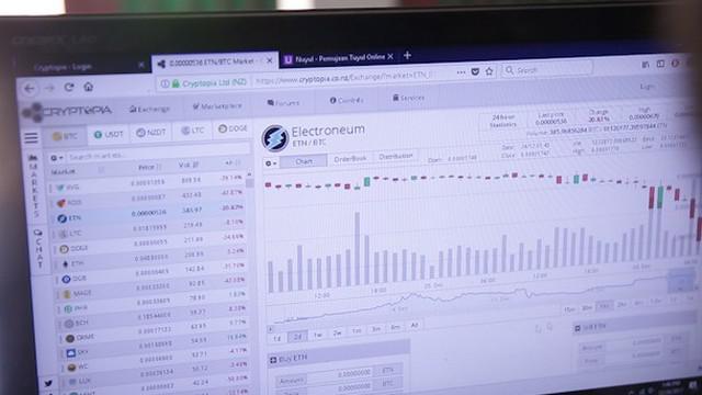 Bitcoin dianggap investasi paling menggiurkan di masa depan. Namun tingkat fluktuasi yang tak terkendali membuat bitcoin memiliki resiko tinggi. Di sisi lain, kepemilikannya yang anonim membuat bitcoin rawan digunakan untuk transaksi terkait tindak k...