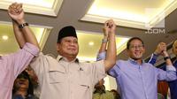 Capres nomor urut 02 Prabowo Subianto (kiri) berjabat tangan dengan cawapres Sandiaga Uno usai memberi ketarangan terkait hasil putusan sidang Mahkamah Konstitusi (MK) di Jakarta, Kamis (27/6/2019). Prabowo dan Sandiaga menerima putusan MK terkait sengketa Pilpres 2019. (Liputan6.com/Angga Yuniar)