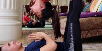 Olahraga yoga kini sedang menjadi tren di banyak kalangan, terlebih kalangan selebriti yang melirik olahraga meditasi ini. Salah satunya putri dari Anang dan Ashanty, Aurel Hermansyah. (via instagram/@penyogastar)