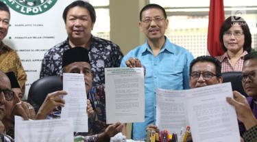 Perwakilan Ormas Keagamaan se-Indonesia menunjukkan surat pernyataan sikap terkait insiden terhadap umat islam di Selandia Baru, Jakarta, Sabtu (16/3). Mereka mengecam keras tindakan terorisme di Selandia Baru. (Liputan6.com/Helmi Fithriansyah)