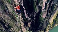 Memanjat tebing merupakan aktivitas yang digolongkan olahraga ekstrem. Karena tradisi, wanita ini sanggup memanjat tebing tanpa pengaman.