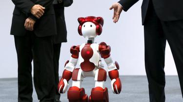 Hitachi Ltd memperkenalkan Robot humanoid 'EMIEW 3' dipertunjukan di Tokyo, Jepang, (8/4). Robot ini dikembangkan untuk memberikan layanan dan bimbingan yang diperlukan di toko-toko dan fasilitas umum. (REUTERS/Issei Kato)
