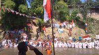Pada Hari Kemerdekaan Republik Indonesia ke-74 tahun, warga yang bermukim di Kelurahan Aur, Kecamatan Medan Maimun, Kota Medan, Sumatera Utara (Sumut) upacara di dalam sungai.