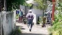 Petugas provost Polres Sidoarjo berusaha mengejar para calo SIM di sekitar kantor pengurusan SIM di Satlantas Polres Sidoarjo.