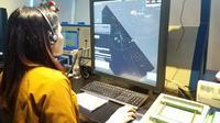 Petugas ATC AirNav Indonesia memantau penerbangan melalui radar (dok: Ilyas)