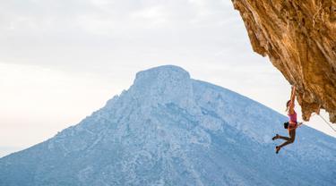 Pendaki asal AS, Sasha DiGiulian saat berusaha memanjat tebing di Pulau Kalymnos, Yunani, 9 November 2017. Wanita 25 tahun ini sebelumnya berhasil menaklukkan puncak Mora Mora di Madagaskar setinggi 700 meter. (Alex Grymanis/Red Bull Content Pool via AP)