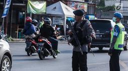 Penempatan pasukan Brimob bersenjata lengkap di jalur arus balik pemudik, untuk mencegah arus lalu lintas dari aksi kriminalitas selama arus balik Lebaran, Jawa Tengah, Jumat (30/6). (Liputan6.com/Faizal Fanani)