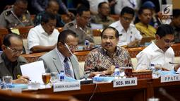 Kepala PPATK Kiagus Ahmad Badaruddin (kiri) bersiap mengikuti rapat dengan Komisi III DPR di Kompleks Parlemen, Senayan, Jakarta, Selasa (19/9). (Liputan6.com/JohanTallo)