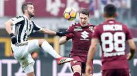 Pemain Torino, Andrea Belotti (tengah) berebut bola dengan pemain Juventus, Miralem Pjanic (kiri) pada laga Serie A di Turin Olympic Stadium, Torino, (18/2/2018). Juventus menang 1-0. (Alessandro Di Marco/ANSA via AP)