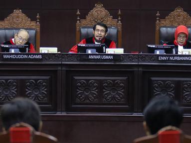 Ketua Mahkamah Konstitusi Anwar Usman (tengah) memimpin sidang uji materi UU KPK di Gedung MK, Jakarta, Senin (30/9/2019). MK menggelar sidang perdana uji materi UU Nomor 30 Tahun 2002 tentang KPK. (Liputan6.com/Angga Yuniar)