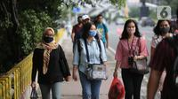Suasana jam pulang kerja di jalur pedestrian kawasan Sudirman, Jakarta, Senin (22/6/2020). Pemprov DKI Jakarta mulai menerapkan perubahan sif kerja dengan waktu jeda tiga jam, yaitu pukul 07.00-16.00 pada sif pertama dan pukul 10.00-19.00 pada sif kedua. (Liputan6.com/Faizal Fanani)