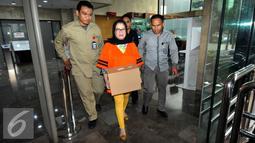 Petugas mengantar Dewie Yasin Limpo usai mengurus administrasi pindah rutan KPK ke Rutan Pondok Bambu di KPK, Jakarta, Kamis (22/10). Dewie ditahan terkait dugaan suap proyek PLTMH Papua. (Liputan6.com/Helmi Afandi)
