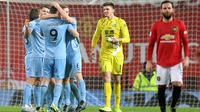 Para pemain Burnley merayakan gol yang dicetak oleh Chris Wood ke gawang Manchester United pada laga Premier League di Stadion Old Trafford, Kamis (23/1/2020). Manchester United takluk 0-2 dari Burnley. (AFP/Paul Ellis)