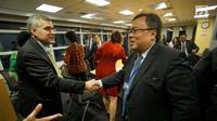 Menteri PPN / Kepala Bappenas Bambang Brodjonegoro berjabat tangan dengan anggota World Bank dan International Finance Corporation (IFC) di World Bank, Washington DC, Rabu (11/10). (Liputan6.com/Pool/Bappenas)