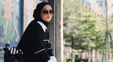 Wanita 21 tahun ini tampil menawan dengan gaya monokrom. Penampilan pelantun lagu-lagu bernuansa islami ini semakin lengkap dengan kacamata yang senada berwarna gelap. (Liputan6.com/IG/@nissa_sabyan)