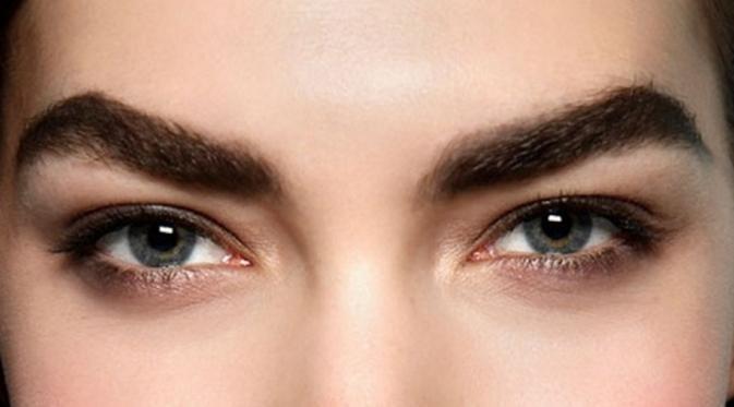 Alis super tebal dan luas dapat membantu untuk meningkatkan fitur wajah Anda dan juga membantu untuk mempercantik wajah Anda. (foto: Istimewa)