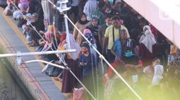 Antrean calon penumpang saat menunggu KRL Commuter Line di Stasiun Tanah Abang, Jakarta, Sabtu (7/3/2020). Masuknya virus Corona atau Covid-19 di Indonesia belum mempengaruhi minat masyarakat untuk tetap bepergian menggunakan transportasi umum. (Liputan6.com/Angga Yuniar)