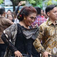 Menteri Kelautan dan Perikanan Susi Pudjiastuti juga menjadi salah satu Menteri yang menyaksikan akad nikah Kahiyang Ayu dan Bobby Nasution. Ia tiba sekitar pukul 08.00 dengan menumpang mobil RI 40. (Adrian Putra/Bintang.com)