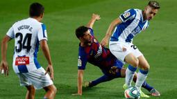 Bek Barcelona, Sergi Roberto, berebut bola dengan pemain Espanyol, Pol Lozano pada lanjutan pertandingan La Liga Spanyol di Camp Nou, Kamis (9/7/2020) dini hari WIB.  Barcelona menang tipis 1-0 atas Espanyol lewat gol yang dicetak Luis Suarez. (AP Photo/Joan Monfort)