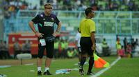 Pelatih PSM, Robert Alberts, hanya melihat kinerja wasit saat laga melawan Arema di Stadion Kanjuruhan, Malang, Minggu (13/5/2018). (Bola.com/Iwan Setiawan)