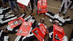 Aktivis lingkungan berdemonstrasi menentang rencana pemerintah untuk menambang batu bara dan membuka PLTU, Nairobi, Kenya, Selasa (5/6). Tambang batu bara akan dibuka di Kabupaten Lamu. (AP Photo/Ben Curtis)