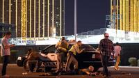 Petugas Las Vegas berjaga di luar lapangan festival musik Route 91 Harvest country setelah seorang penembak melakukan aksinya di Las Vegas, Nevada (1/10). Dikabarkan beberapa orang termasuk seorang polisi terkena tembakan. (David Becker/Getty Images/AFP)
