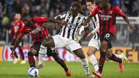 Bek AC Milan, Fikayo Tomori (kiri) dan gelandang Juventus, Moise Kean berebut bola pada pekan ke-4 Liga Italia di Allianz Stadium, Senin (20/9/2021) dini hari WIB. Menghadapi AC Milan, Juventus harus puas dengan hasil 1-1. (Marco Alpozzi/LaPresse via AP)