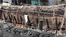 Sejumlah rumah hampir ambruk akibat amblesnya tanah di bantaran Anak Kali Ciliwung di Jalan Lodan Raya, Pademangan, Jakarta, Senin (19/11). Petugas mengungsikan warga ke tempat pengungsian sementara. (Liputan6.com/Faizal Fanani)