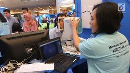 Warga memeriksa kesehatan mata dalam acara edukasi kesehatan mata di Jakarta, Rabu (11/9/2019). Kegiatan ini untuk mengatasi masalah penglihatan yang tidak terkoreksi. (Liputan6.com/HO/Bon)