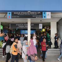 Pejalan kaki keluar dari Stasiun Tanah Abang, Jakarta, Kamis (7/2). Mulai 7 Februari 2019, pejalan kaki yang menuju dan dari Stasiun Tanah Abang harus mengakses jembatan penyeberangan multiguna (JPM) atau skybridge. (Liputan6.com/Herman Zakharia)
