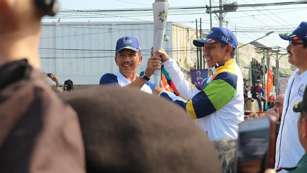 Setelah diarak, obor Asian Games diterima di Tugu Yogyakarta oleh walikota/Foto: copyright vemale.com/Winda Carmelita