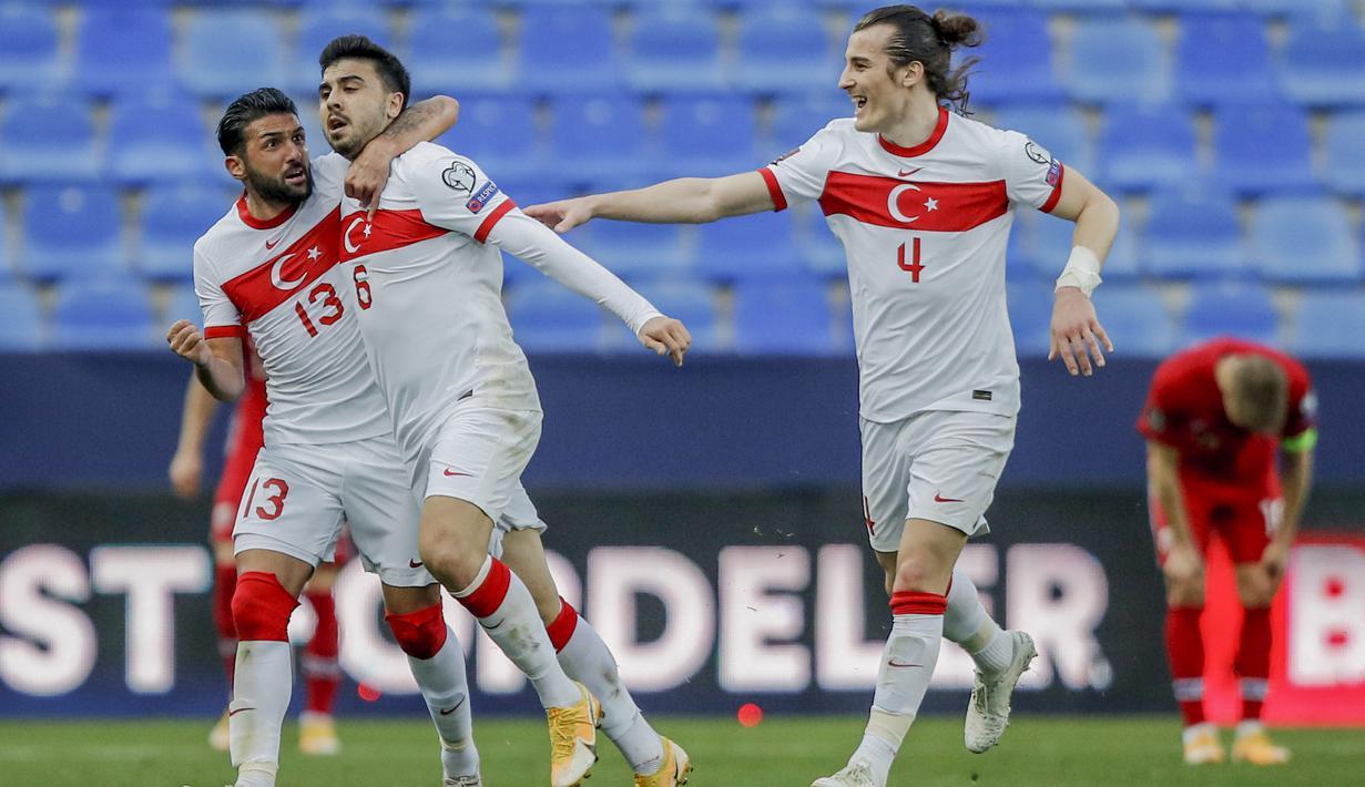 Penyerang Turki, Ozan Tufan (kedua kiri) berselebrasi usai mencetak gol ke gawang Norwegia pada lanjutan Kualifikasi Piala Dunia 2022 zona Eropa Grup G di stadion La Rosaleda, Spanyol, Minggu (28/3/2021). Ozan Tufan mencetak dua gol dan mengantar Turki menang 3-0. (AP Photo/Fermin Rodriguez)