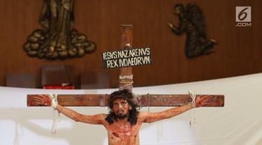 Momen penyaliban Yesus ditampilkan dalam teatrikal prosesi jalan salib di Gereja Santa Maria Regina Bintaro, Tangerang Selatan, Banten, Jumat (30/3). Prosesi ini bagian dari perayaan Paskah yang dirayakan umat Kristian. (Liputan6.com/Angga Yuniar)