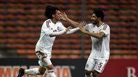 Pemain UEA, Omar Abdulrahman (kiri), merayakan gol yang dicetaknya ke gawang Malaysia dalam Kualifikasi Piala Dunia 2018 di Stadion Shah Alam, Malaysia, (17/11/2015). Malaysia kalah 1-2 dari UEA. (AFP Photo/Manan Vatsyayana)