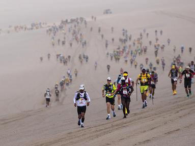 Peserta bersaing pada tahap pertama Half Marathon des Sables di Gurun Ica, Paracas, Peru, Senin (2/12/2019). Half Marathon des Sables berlangsung pada 1-6 Desember 2019. (Martin BUREAU/AFP)