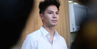 Tidak jelas kapan kisah cinta Fero Walandouw dengan Mikha Tambayong resmi jadian. Fero juga lupa kapan dirinya mengakhiri kisah cintanya. Beberapa minggu setelah mengaku pacaran, Fero mengaku putus. (Nurwahyunan/Bintang.com)