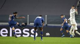 Pemain Porto Sergio Oliveira (kiri) mencetak gol ke gawang Juventus pada pertandingan leg kedua babak 16 besar Liga Champions di Turin, Italia, Selasa (9 /3/2021). Juventus menang 3-2, namun harus tersingkir dari Liga Champions. (AP Photo/Luca Bruno)