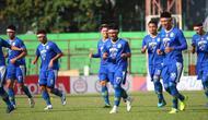 Pemain Persib Bandung berlatih di Makassar pada Sabtu (17/8/2019). Mereka mengenakan pita merah putih untuk merayakan HUT ke-74 Republik Indonesia. (Bola.com/Abdi Satria)